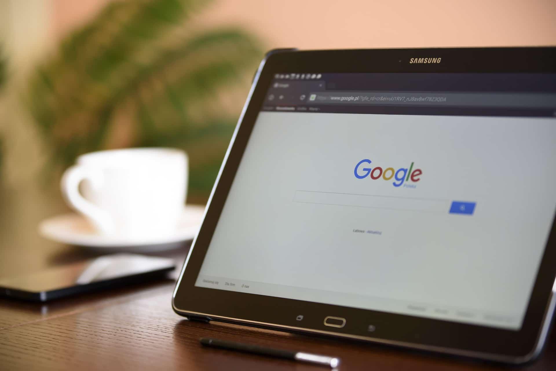 une tablette sur le menu d'accueil de recherche google