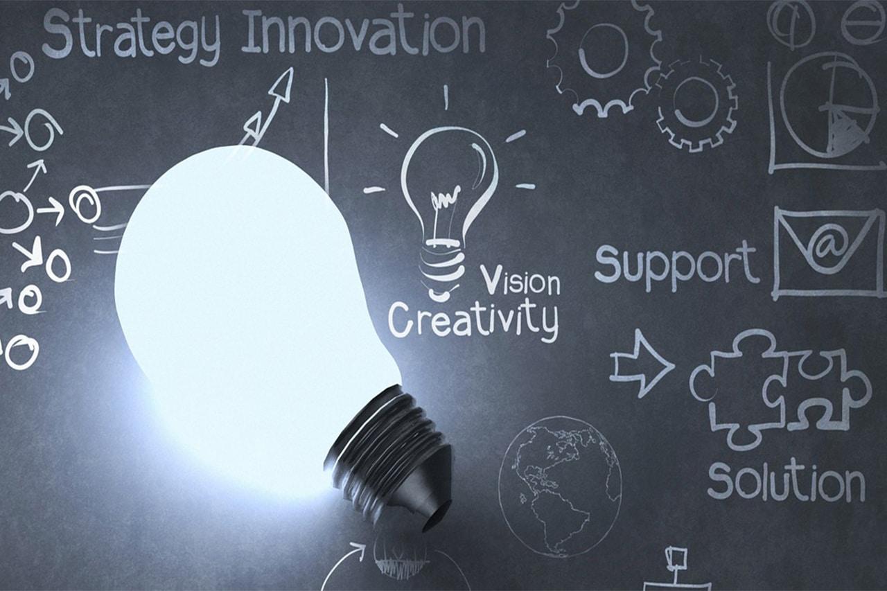 Une ampoule éclaire des solutions su run tableau