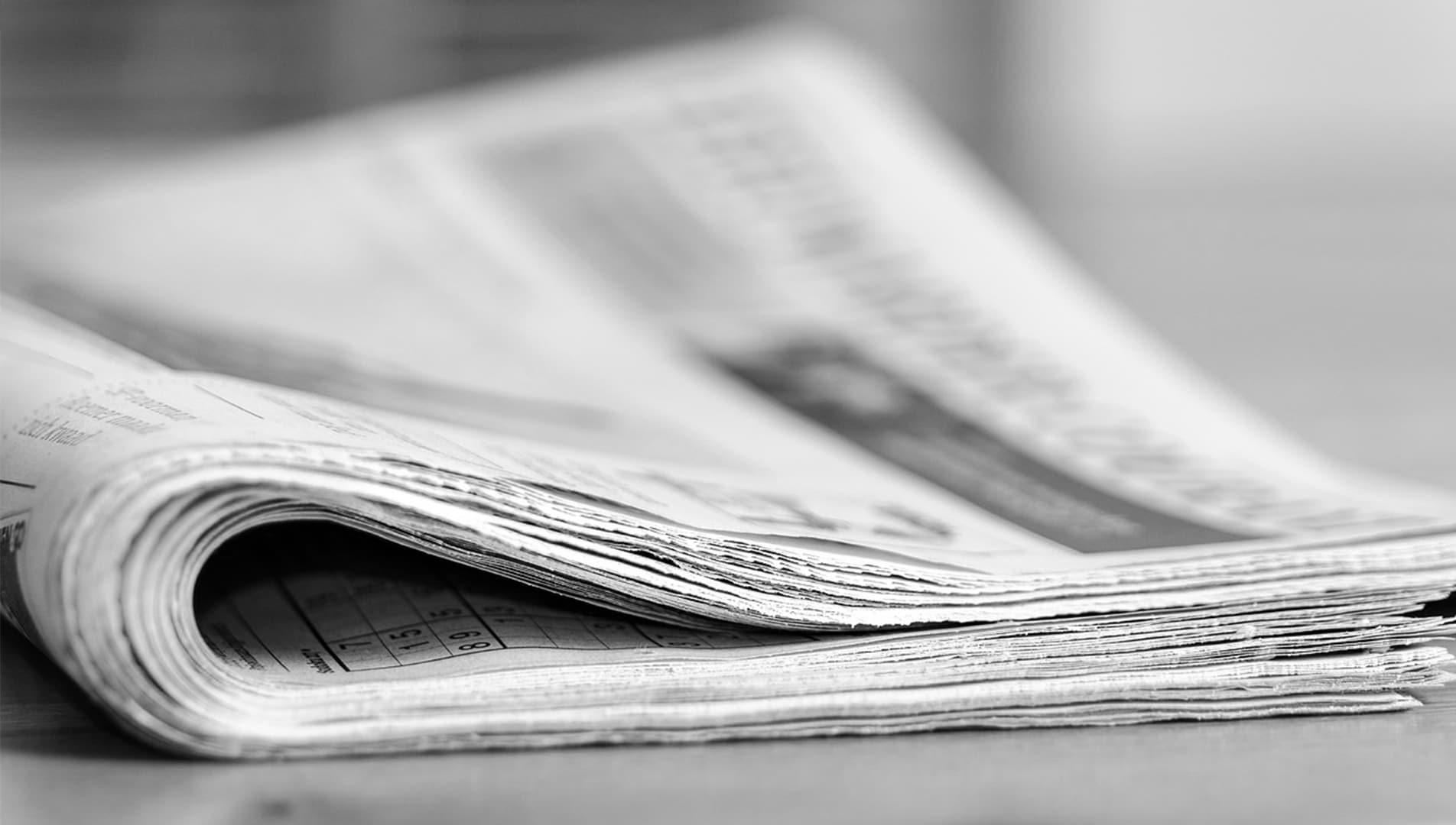 un journal en noir et blanc
